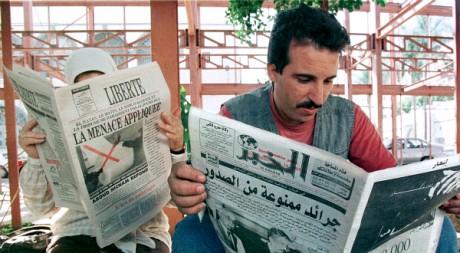 Des Algériens lisent la presse, le 17 octobre 1998. REUTERS/Str Old