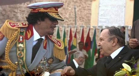 Mouammar Kadhafi et Abdelaziz Bouteflika à Tripoli, le 1er septembre 2009. REUTERS/Zohra Bensemra