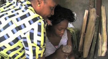 Une mère pratiquant le repassage des seins au Cameroun. © Tous droits réservés.