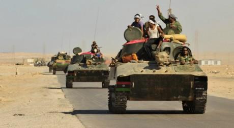 Des tanks rebelles se dirigent vers Syrte, le 29 août 2011. REUTERS/Esam Al-Fetori