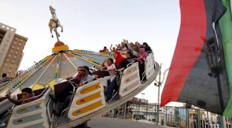 Des enfants s'amusent dans un parc d'attractions à Tripoli, le 31 août 2011. REUTERS/Youssef Boudlal