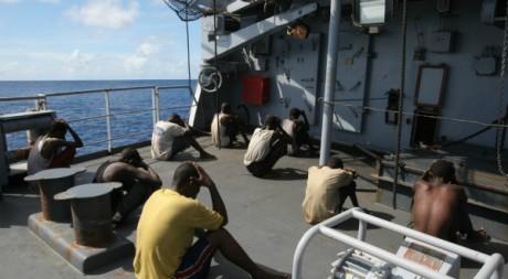 De présumés pirates somaliens après leur arrestation, mai 2009 © PIERRE VERDY / AFP
