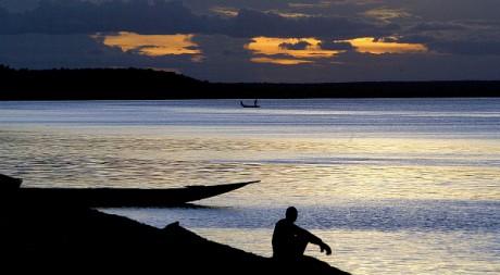 Un pêcheur au bord du fleuve Niger près de la ville de Gao au Mali, en août 2003. REUTERS/Yves Herman