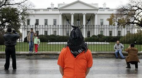 Un manifestant habillé comme un détenu du gouvernement américain devant la Maison Blanche à Washington. REUTERS/Jason Reed