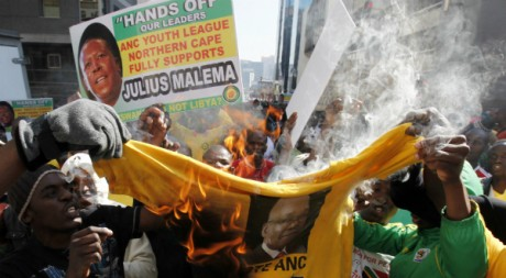 Des partisans de Julius Malema brûlent un t-shirt à l'effigie du président Jacob Zuma, le 30 août 2011. REUTERS/Siphiwe Sibeko