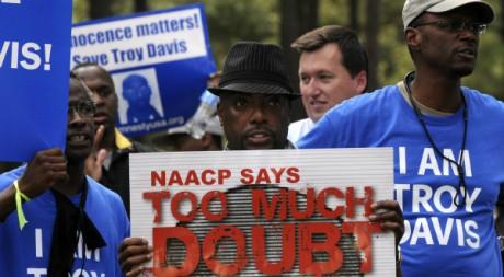 Des Américains protestent contre l'éxecution de Troy Davis, à Jackson, Géorgie, le 21 septembre 2011.REUTERS/Tami Chappell