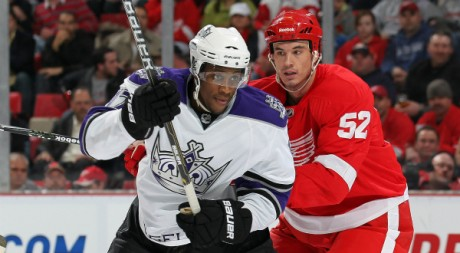Wayne Simmonds et Jonathan Ericsson, le 9 mars 2011. Claus Andersen/Getty Images/AFP
