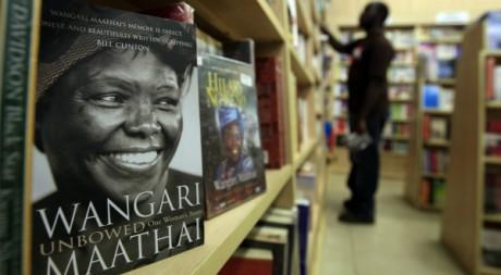 Une biographie de Wangari Maathai dans une librairie de Nairobi, Kenya, 26 septembre 2011. © Thomas Mukoya / Reuters