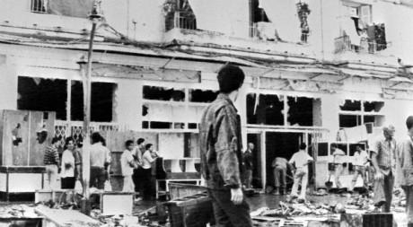Un groupe d'Algériens nettoie le quartier de Belcourt à Alger le 8 octobre 1988 STF/AFP