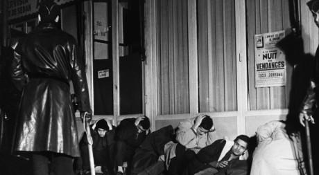 Des manifestants algériens sont arrêtés à Puteaux le 17 octobre 1961. AFP/Fernand Parizot