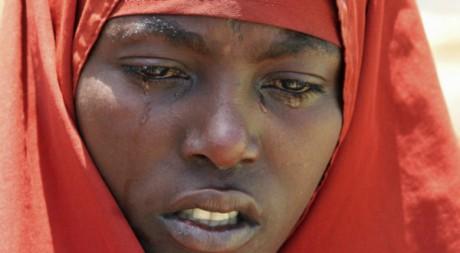 Une somalienne pleure son enfant mort de malnutrition, Mogadiscio. REUTERS/Feisal Omar.