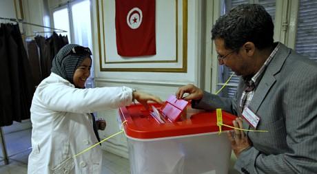 Une Tunisienne vote pour l'Assemblée constituante au consulat de Marseille, le 20 octobre 2011. REUTERS/Jean-Paul Pelissier
