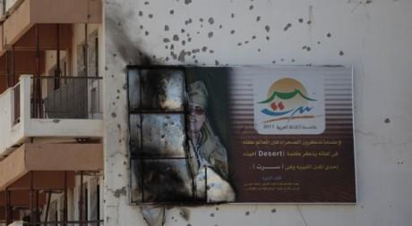 Une effigie de Mouammar Kadhafi criblée de balles à Syrte, octobre 2011. © Thaier Al-Sudani / Reuters