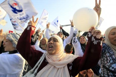 Des militants du parti Ennahda scandent des slogans pendant un meeting du parti. 21 octobre 2011, Tunis. REUTERS/Zohra Bensemra