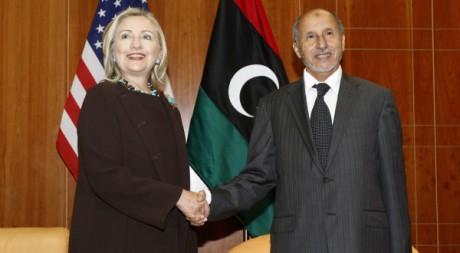 Le président du CNT Moustapha Abdeljalil avec Hillary Clinton, le 18 octobre 2011. REUTERS/ Kevin Lamarque
