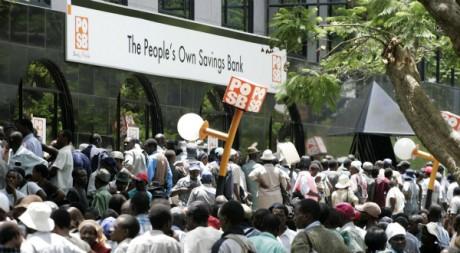 Manifestation devant une banque à Harare, 5 décembre 2008. PHILIMON BULAWAYO/REUTERS
