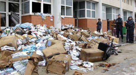 Les locaux détruits de Charlie hebdo, sous protection policière, le 2 novembre 2011. REUTERS/Benoit Tessier
