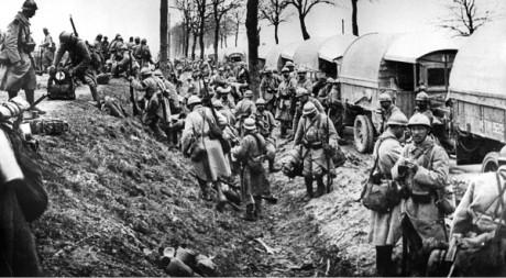 Des soldats français débarquant de camions près de Verdun durant la Première Guerre Mondiale en 1916. AFP/STF