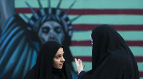 Deux Iraniennes devant un mur anti-américain à Téhéran le 4 novembre 2011. Reuters/Raheb Homavandi