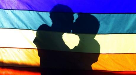 Un couple de gays lors d'une marche des fiertés © Reuters/Bruno Domingos