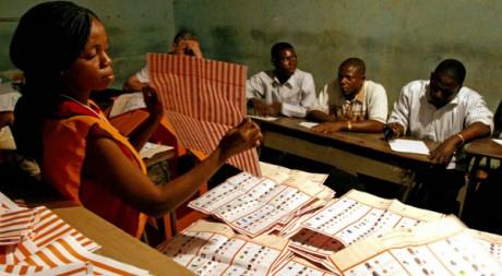Dépouillement dans un bureau de vote à Kinshasa, 2006. David Lewis / Reuters.