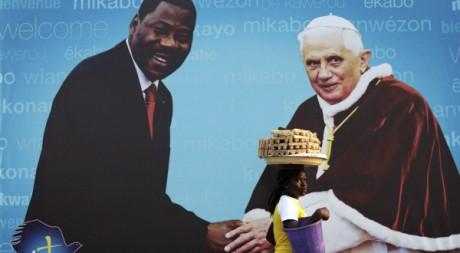Affiche à Cotonou à la veille de la visite du pape Benoît XVI, 17 novembre 2011. REUTERS/Finbarr O'Reilly