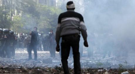 Un manifestant face aux forces de sécurité au Caire le 21 novembre 2011. Reuters/Amr Dalsh
