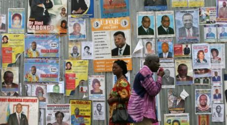 Habitants de Kinshasa passant devant des affiches électorales en 2006 -  REUTERS/Luc Gnago