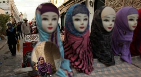 Présentation de hijab (voile) en Libye le 28 novembre 2011. Reuters/Mohammed Salem