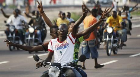 Des partisans de l'opposant Etienne Tshisekedi paradent à Kinshasa, le 28 novembre 2011. REUTERS/Finbarr O'Reilly