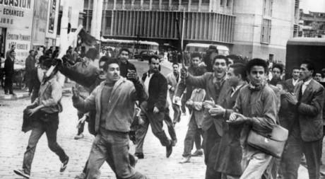 Manifestations d'Algériens musulmans dans le quartier européen d'Alger, le 11 décembre 1960. © AFP