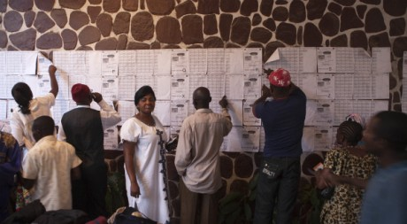 Un bureau de vote à Kinshasa, le 28 novembre 2011. © REUTERS/Finbarr O'Reilly