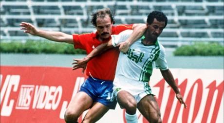 Le footballeur algérien Kaci Said (à droite), lors de la Coupe du monde 1986. AFP
