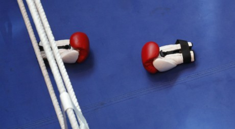 Gants de boxe sur un ring. REUTERS/Ina Fassbender