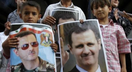 Deux jumeaux portent un poster de Bachar el-Assad le 23 mai 2011. Reuters/Jamal Saidi