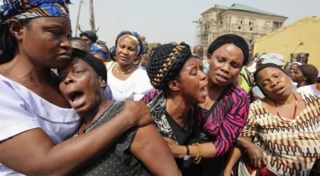 Des femmes pleurent leurs proches tués dans les attentats de Noël, Madalla, 31 décembre 2011. REUTERS/Afolabi Sotunde