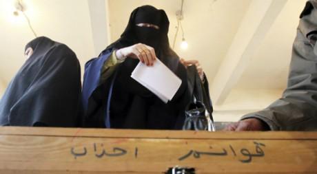Une femme en niqab vote aux élections législatives dans le village de Kafr el-Moseilha le 14 décembre 2011. Reuters/Amr Dalsh