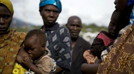 Un groupe de personnes à Kibumba, en RDC, le 10 octobre 2008 - WALTER ASTRADA / AFP