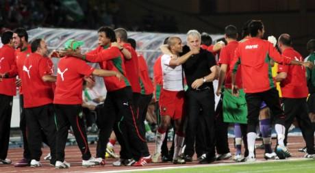 L'équipe nationale célèbrent leur victoire face à l'Algérie lors des éliminatiores de la CAN 2012. REUTERS/Jean Blondin