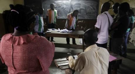 Des Ivoiriens dans un bureau de vote à Abidjan. ©  REUTERS/Thierry Gouegnon