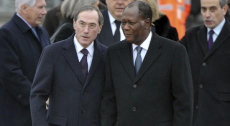 Alassane Ouattara accueilli par Claude Guéant à l'aéroport d'Orly, Paris, 25 janvier 2012 -REUTERS/POOL New