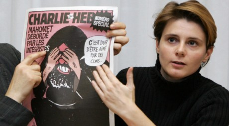 Journaliste à Charlie Hebdo, Caroline Fourest présente la couverture, Paris, 6 février 2007. AFP/Jack Guez