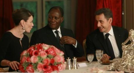 Carla Bruni, Alassane Ouattara et Nicolas Sarkozy à l'Elysée le 26 janvier 2012. REUTERS.