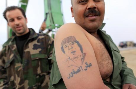 Un soldat de l'armée libyenne montre un tatouage de Mouammar Kadhafi, le 16 mars 2011. REUTERS/Ahmed Jadallah