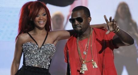 Rihanna et Kanye West le 21 février 2011 à Los Angeles. REUTERS/Danny Moloshok
