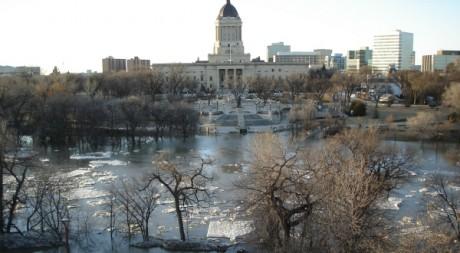 Vue du centre-ville de Winnipeg durant des inondations, en avril 2006. AFP PHOTO/JEFF PALMER