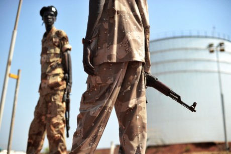 Des soldats du Soudan du Sud près d'une réserve de pétrole, le 11 novembre 2010. AFP PHOTO/Roberto Schmidt