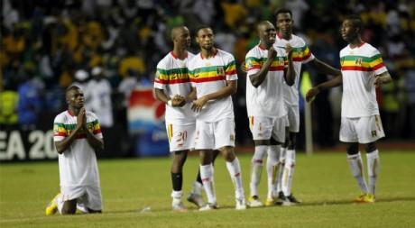 L'équipe nationale du Mali assiste à la séance de tirs au but en quart de finale face au Gabon. REUTERS/Thomas Mukoya