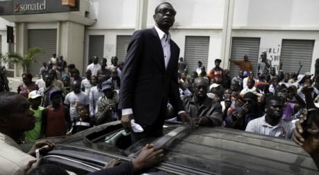 Youssou Ndour s'adresse à ses partisans lors d'une manifestation, le 7 février 2012, à Dakar. REUTERS/Joe Penney