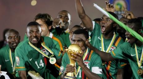 Les Chipolopolo soulèvent leur trophée, 12 février 2012, Libreville, Gabon. REUTERS/Thomas Mukoya